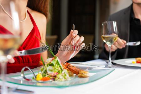 coppia mangiare e bere in ottime