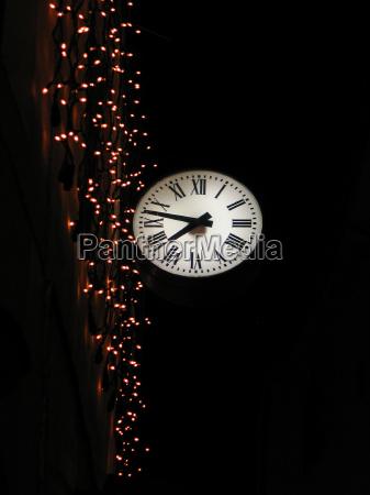 visione dal basso notte illuminato orologio