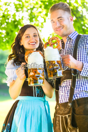 donna baviera birra octoberfest prato coppia