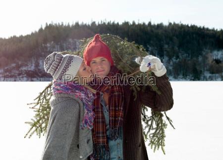 donna risata sorrisi ambiente inverno ritratto